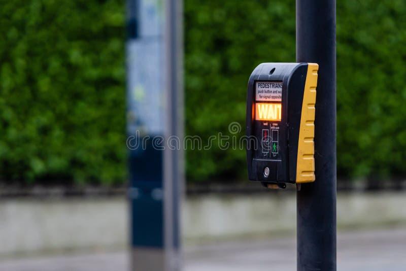Crosswalk-knop voor voetgangers met een lichte waarschuwing op een ontdooide achtergrond, Londen, Verenigd Koninkrijk stock foto