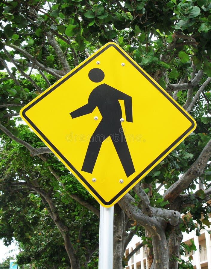 Crosswalk koloru żółtego znak zdjęcia stock