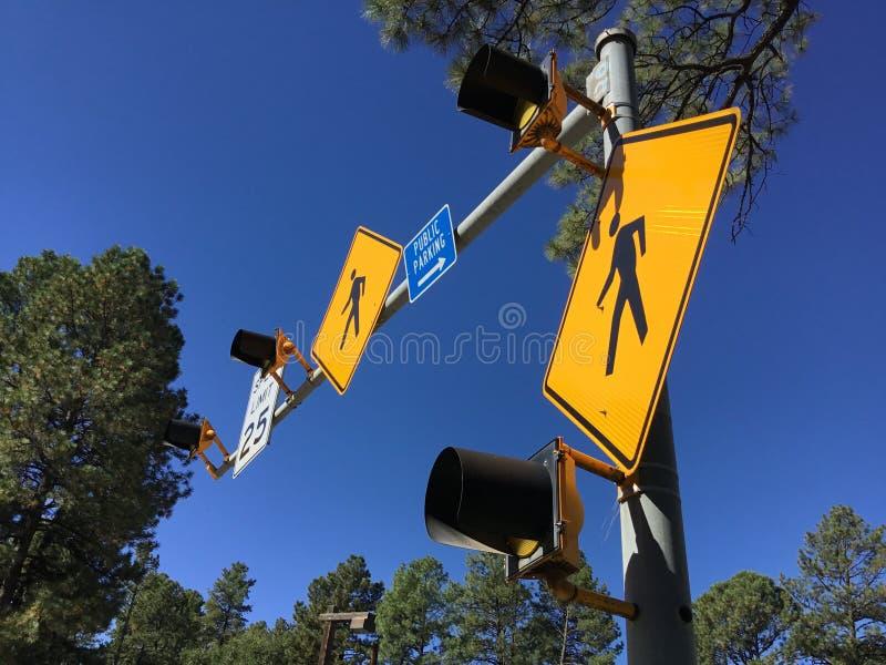 Crosswalk Podpisuje Wewnątrz niebieskie niebo zdjęcia stock