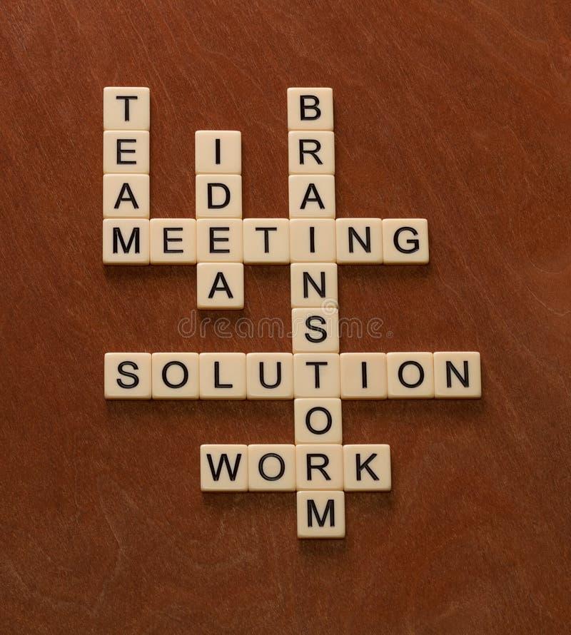 Crossword łamigłówka z słowami Zespala się, Brainstorm, rozwiązanie, pomysł PR zdjęcia royalty free