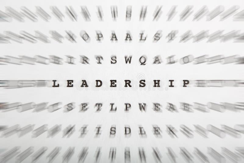 Crossword listy, ostrość na słowa przywódctwo obrazy royalty free