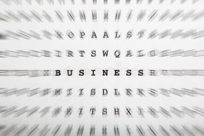 Crossword listy, ostrość na słowo biznesie zdjęcia stock
