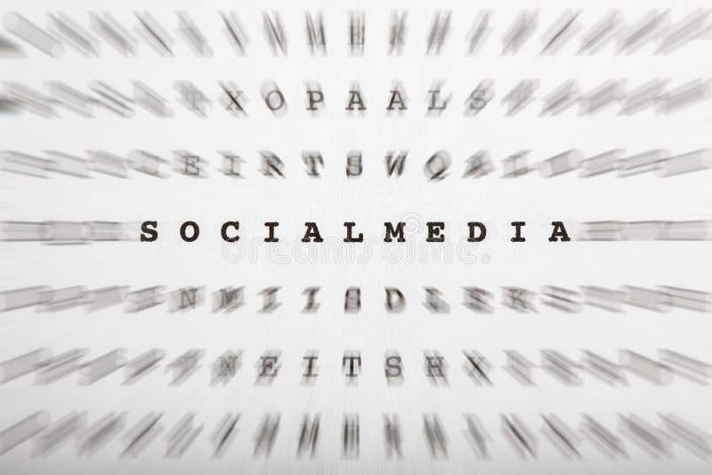 Crossword listy, ostrość na słowo socjalny środkach obraz stock