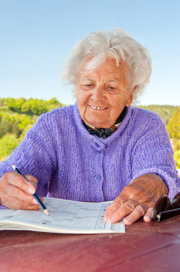 crossword robi starszej kobiety obrazy stock