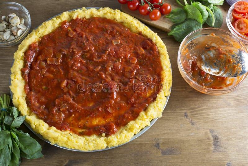 Crosta da pizza do Polenta com molho imagem de stock