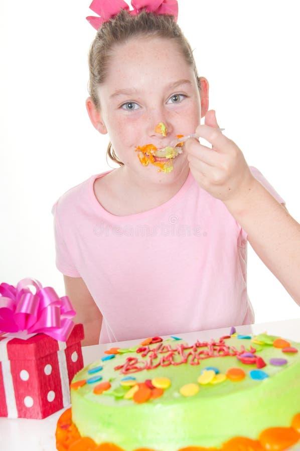 Crosta de gelo desarrumado do bolo no aniversário foto de stock royalty free