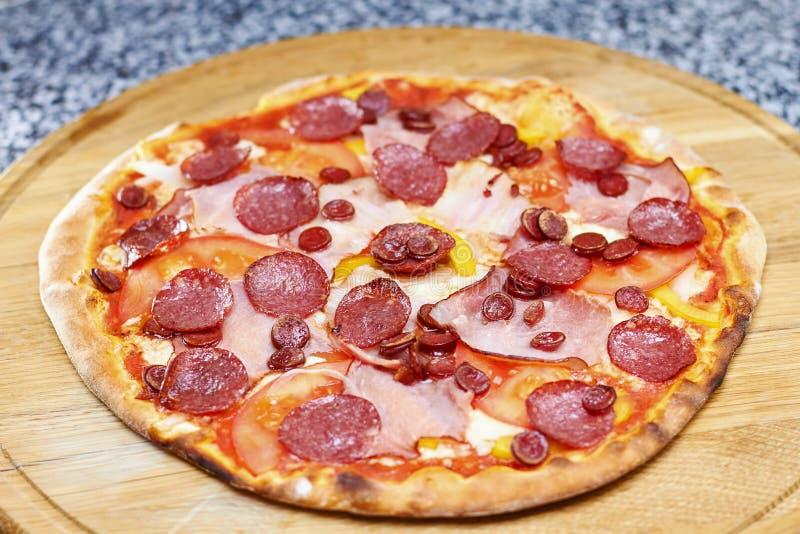 Crosta fina Genoa Salami Pizza foto de stock royalty free