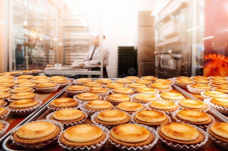 Crostata al forno deliziosa del formaggio dell'Hokkaido sul vassoio nella cucina della pasticceria immagine stock libera da diritti