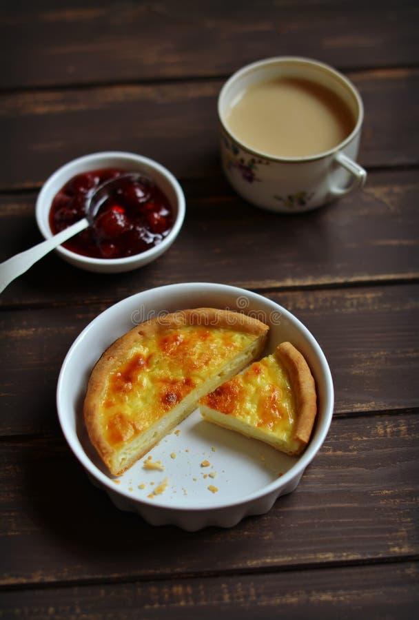 Crostata con formaggio nel piatto di cottura immagine stock libera da diritti