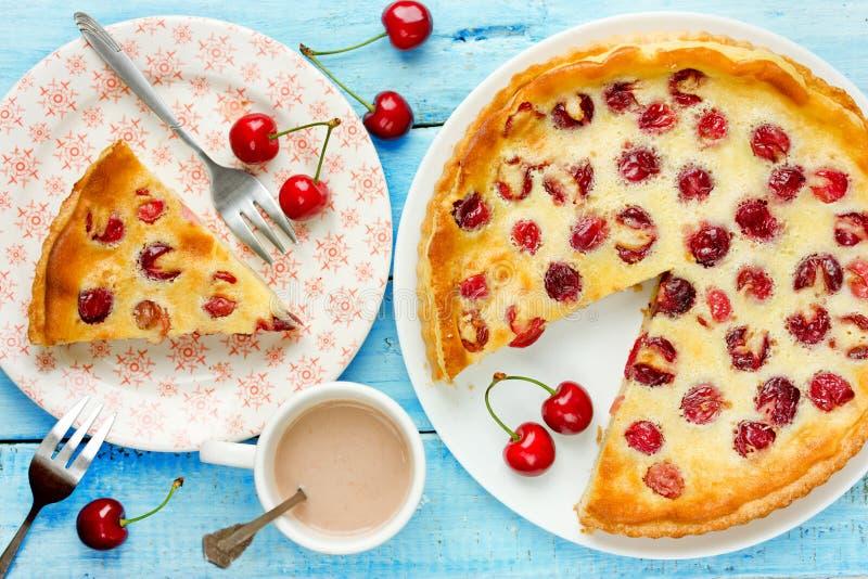 Crostata con il materiale da otturazione della panna acida e della ciliegia, torta della frutta, dolce di estate immagini stock