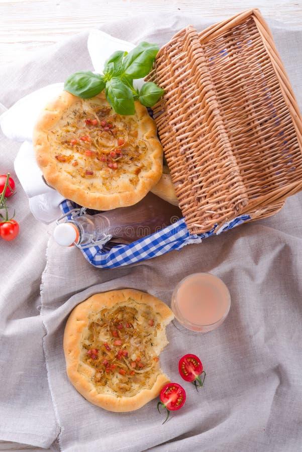 Crostata della cipolla e Federweisser (Nouveau) immagine stock