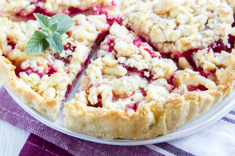 Crostata di ciliege con la briciola fotografia stock