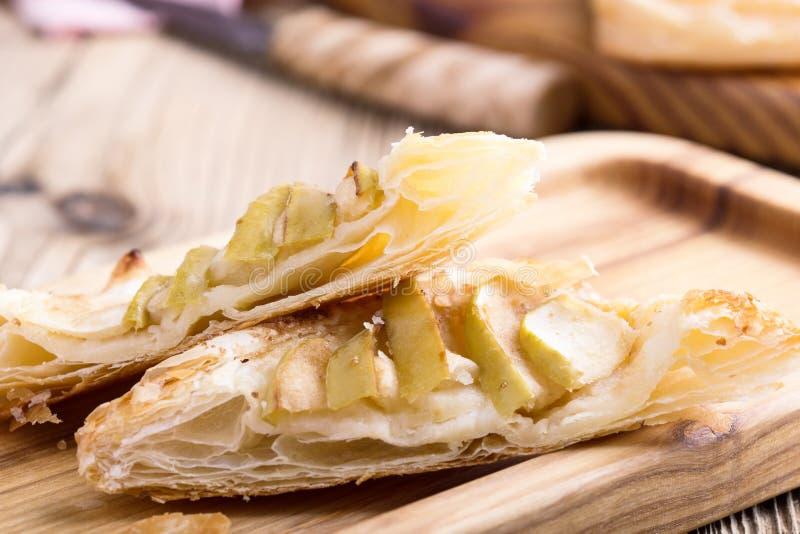 Crostata di mele casalinga affettata immagini stock