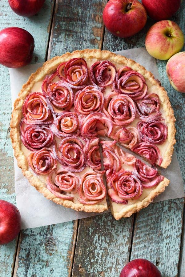 Crostata di mele gastronomica Apra la torta con le rose e la crema alla panna rosse della mela fotografia stock libera da diritti