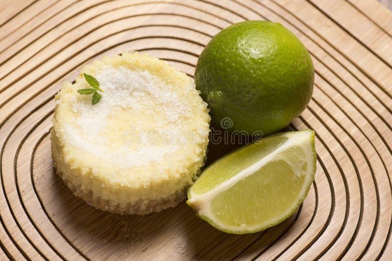 crostata e menta verdi del limone su fondo di legno fotografia stock