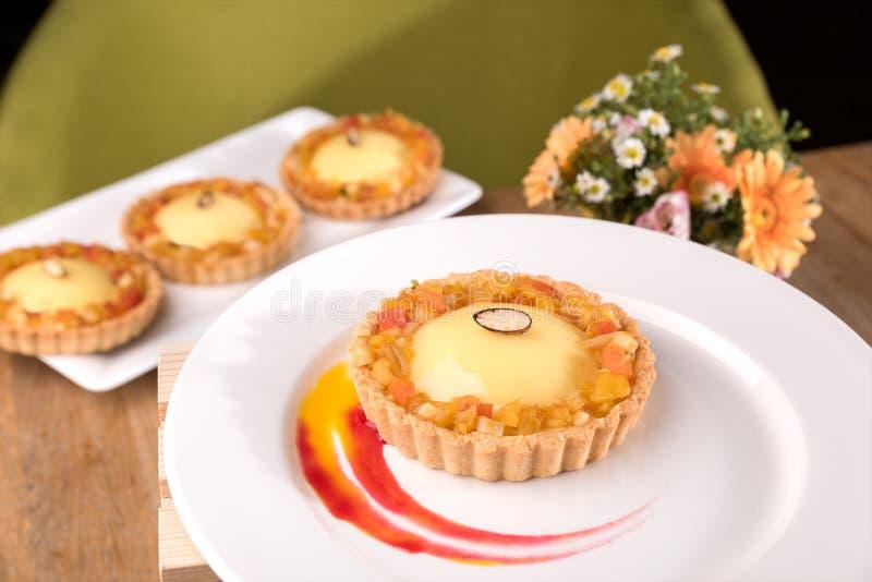 Crostata esotica casalinga - ganache del frutto della passione, cagliata della calce, marmellata d'arance esotica, biscotti della fotografie stock libere da diritti