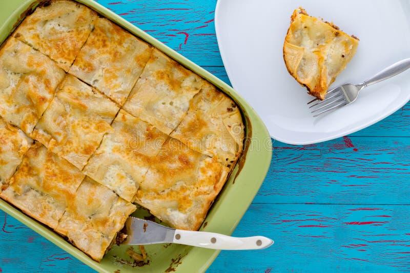 Crostata fresca con un superiore della pasticceria affettata nelle parti fotografia stock libera da diritti