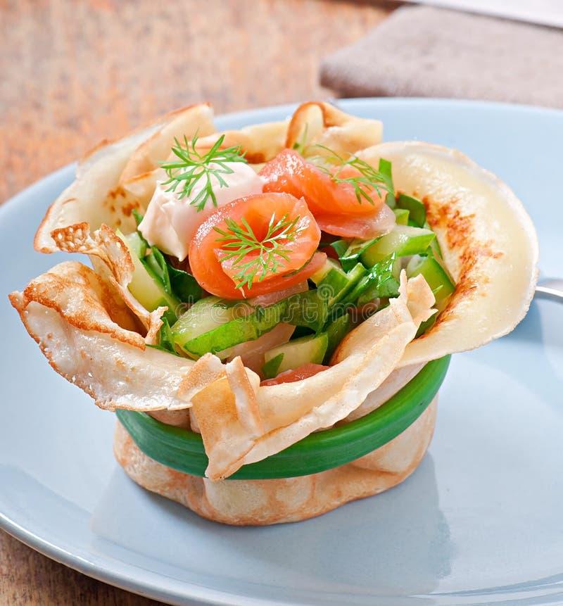 Crostate dei pancake con il salmone fotografia stock libera da diritti