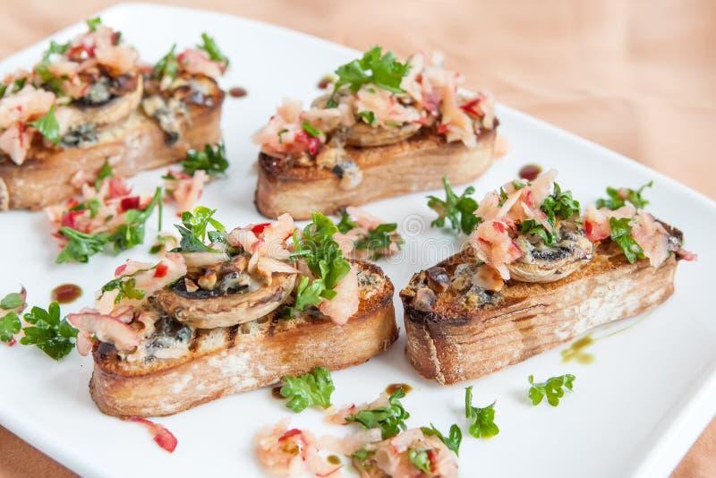Crostini用蘑菇、苹果和草本 免版税库存图片