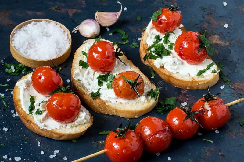 Crostini用酸奶干酪和烤蕃茄 库存图片