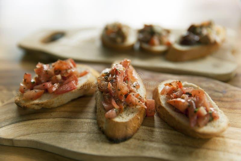 Crostini еды Bruschetta итальянское стоковые изображения