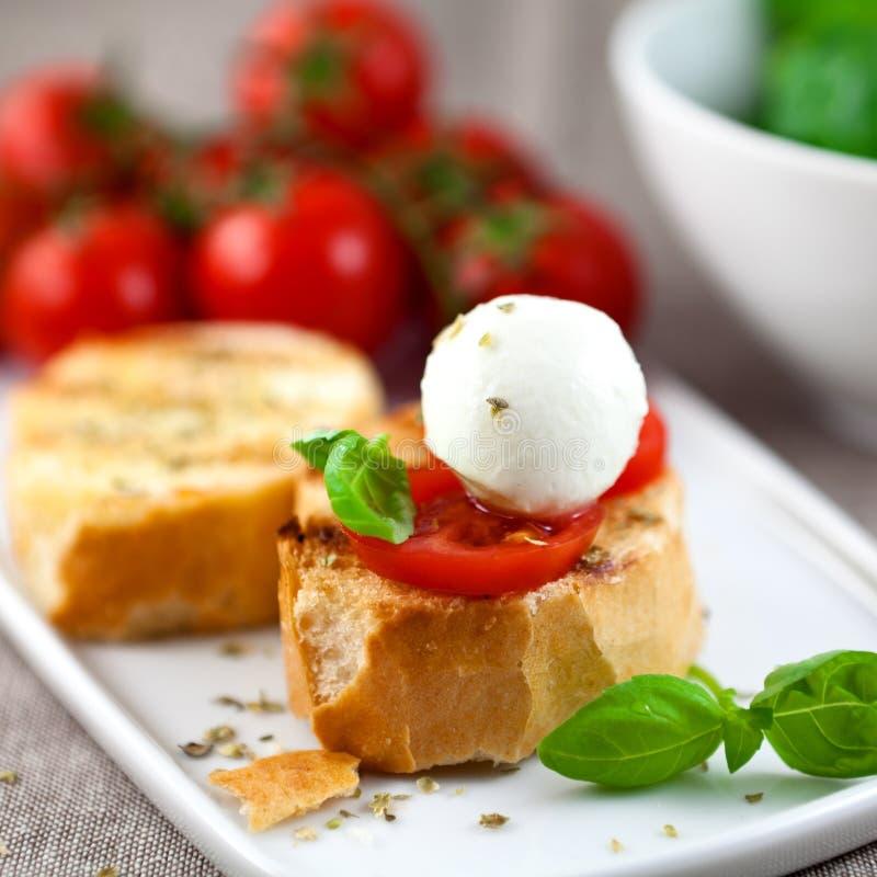 Crostini avec la mini bille de mozzarella photos stock