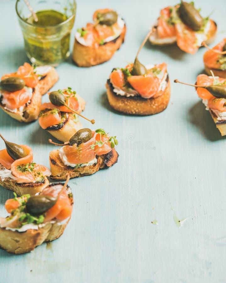 Crostini avec les saumons, la sauce à pesto, le cresson et les câpres smocked photo stock