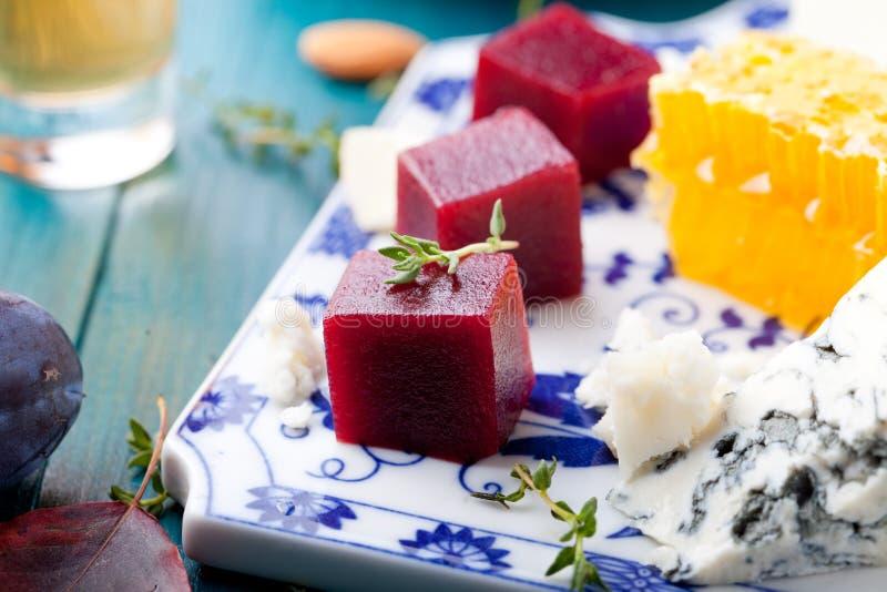 Crostini, bruschetta z śliwką, jagodowym serem, marmoladowym i koźlim fotografia stock