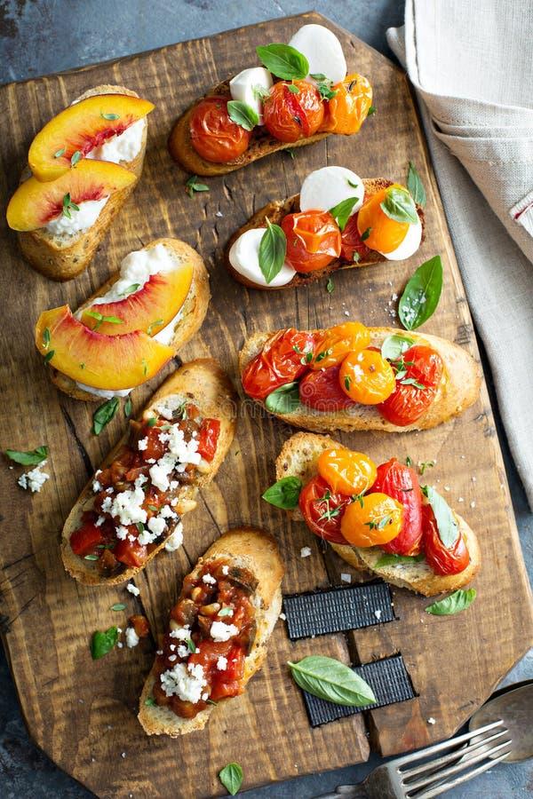 Crostini of bruschettaraad met caprese, tomaten en perziken stock fotografie