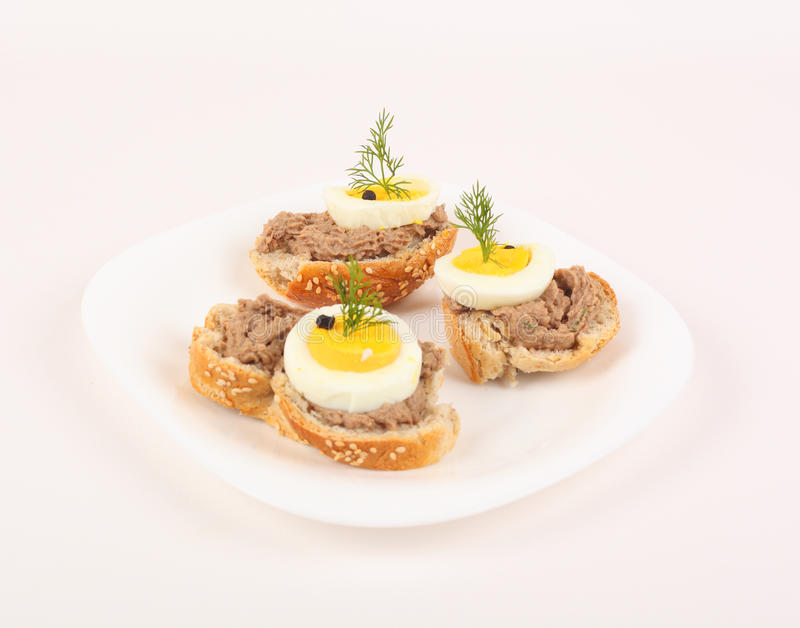 Crostini cobriu com creme do atum fotografia de stock