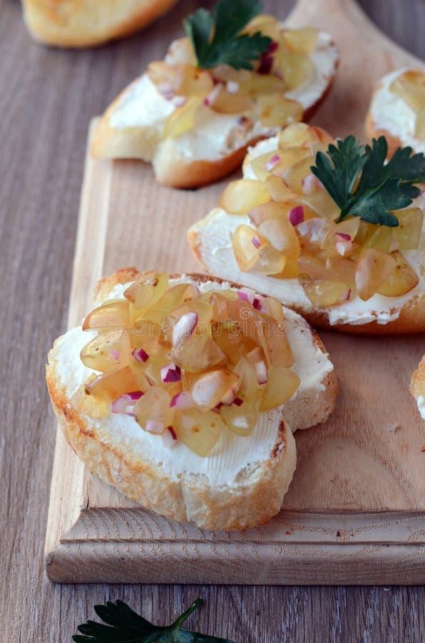 Crostini con formaggio e salsa immagini stock libere da diritti
