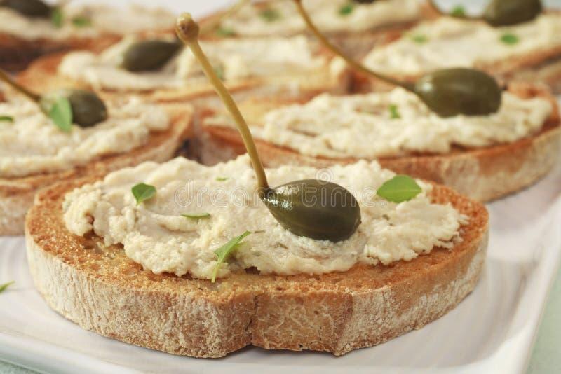 Crostini con il formaggio dello sgombro ed i capperi Bruschetta immagini stock libere da diritti