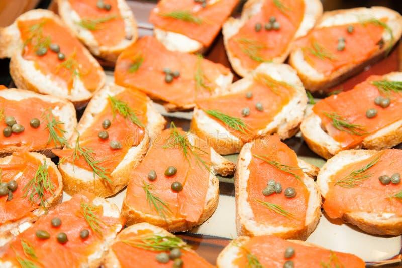 Crostini con il salmone ed i capperi fotografie stock libere da diritti
