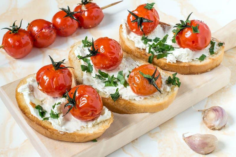 Crostini con la ricotta ed i pomodori arrostiti immagine stock libera da diritti