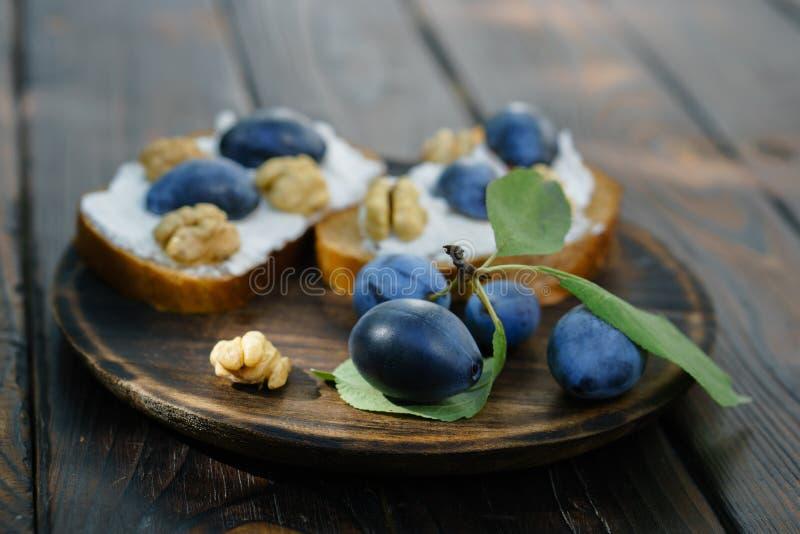 Crostini fait maison de prune avec les noix et le ricotta photo libre de droits