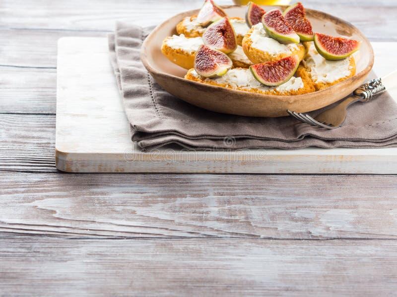 Crostini med ost och fikonträd fotografering för bildbyråer