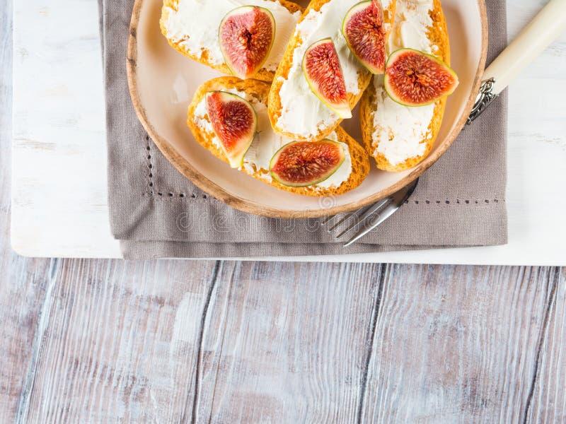 Crostini med ost och fikonträd arkivbilder