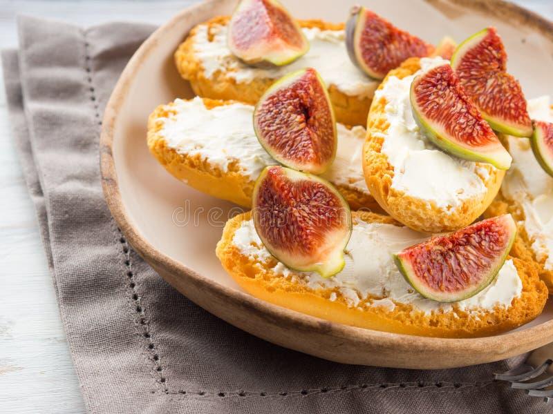 Crostini med ost och fikonträd royaltyfri foto