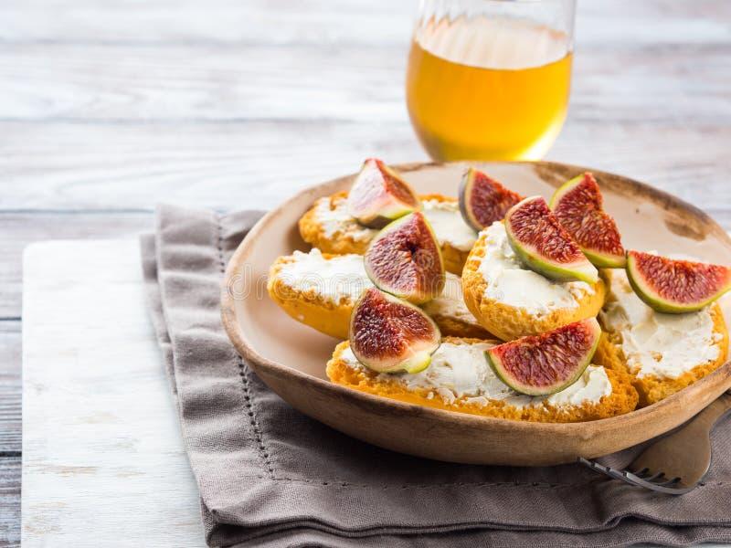 Crostini med ost och fikonträd royaltyfri fotografi