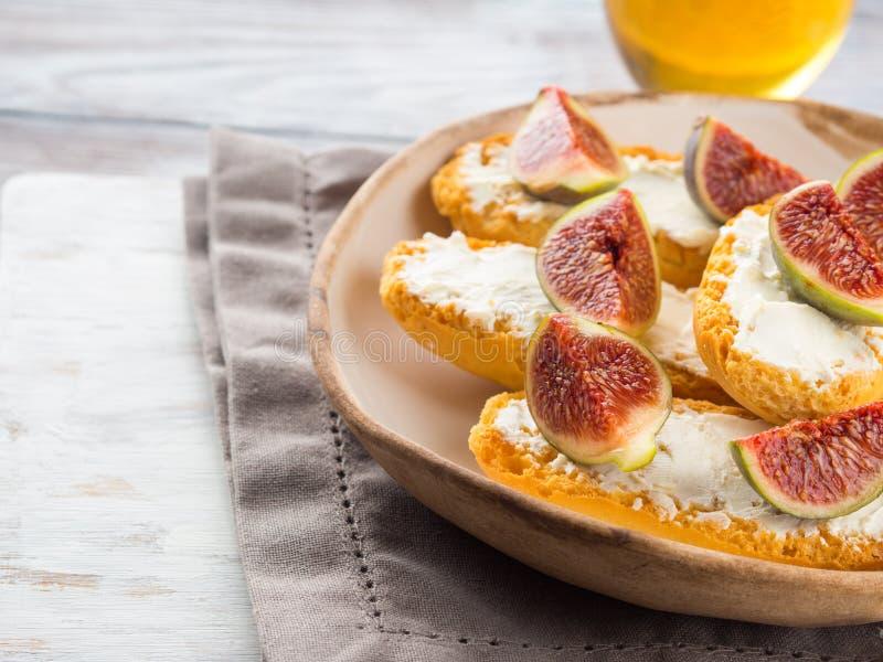 Crostini med ost och fikonträd arkivfoto