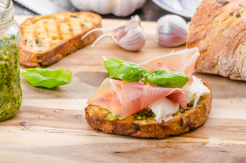 Crostini med skinka och ost arkivbilder