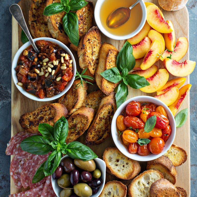 Crostiniraad met tomaten, perziken en onderdompeling royalty-vrije stock afbeelding