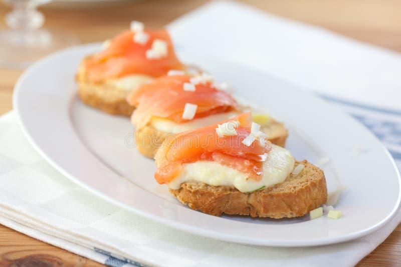 Crostinis con i salmoni e la mozzarella fotografia stock libera da diritti