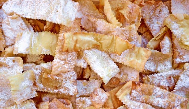 Crostoli fait main ou Chiacchiere, pâtisserie italienne traditionnelle de carnaval Fond et texture de nourriture images libres de droits