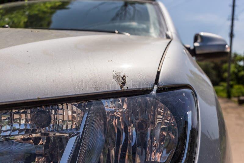 Crottes d'oiseau sur la voiture Mauvais concept de stationnement photographie stock libre de droits