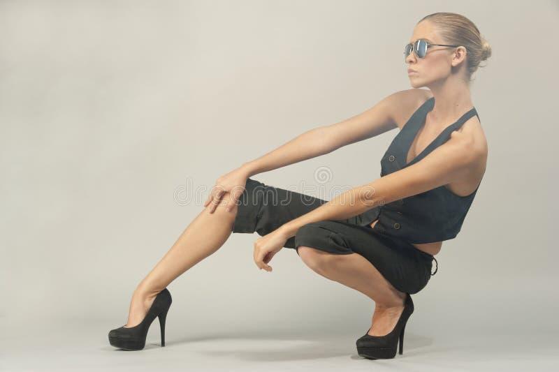 Crouching modelo fêmea imagens de stock royalty free
