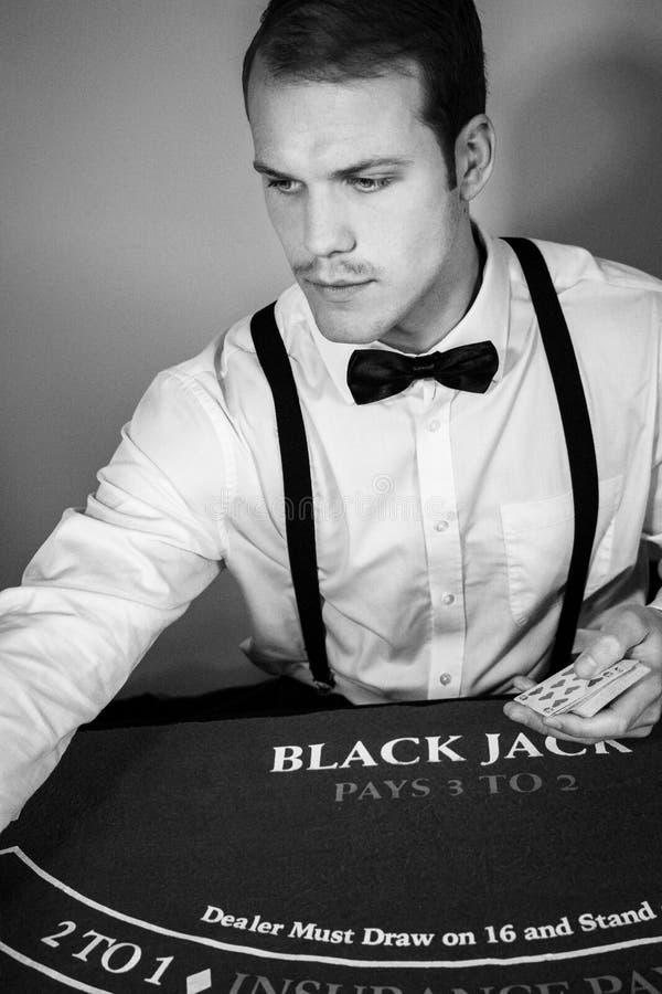 Croupier behandelt Karten am Spielblackjacktisch lizenzfreie stockbilder