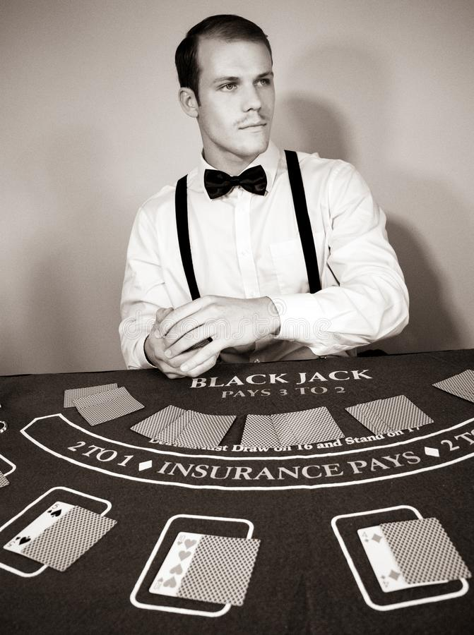 Croupier behandelt Karten am Spielblackjacktisch lizenzfreies stockfoto