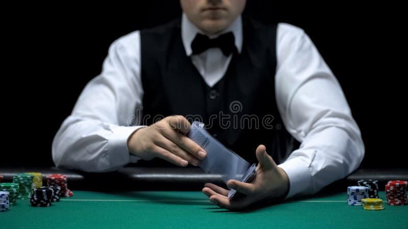 Croupier, das Berufs- Pokerkarten vor der Kamera, spielend schlurft stockbild