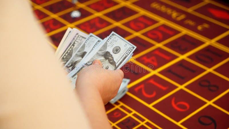Croupier, das Geld im Kasino zählt stockfotografie